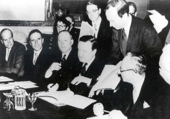 Hermann Josef Abs signe l'accord de Londres sur les dettes extérieures allemandes le 27 février 1953.