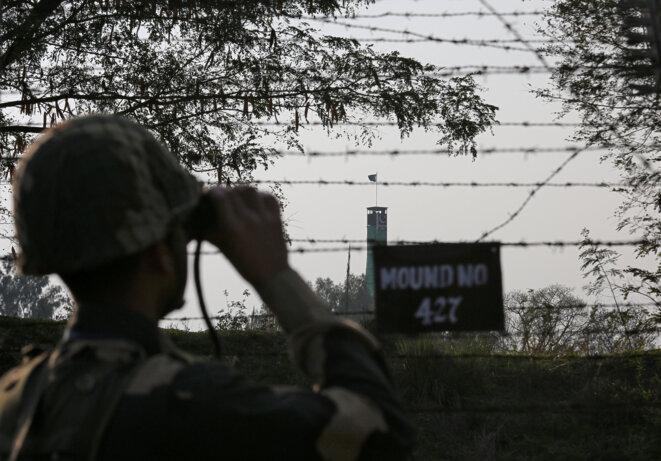 Un garde-frontière indien regarde le Pakistan, le 26 janvier 2019. © Reuters/Mukesh Gupta