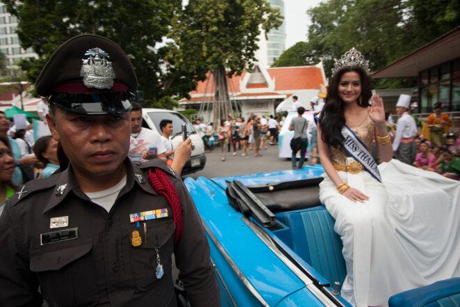 Miss Thaïlande défile lors du Festival du Bonheur, une opération de communication organisée par les militaires après leur dernier coup d'Etat en 2014. © Tom Vater / thedevilsroad.com
