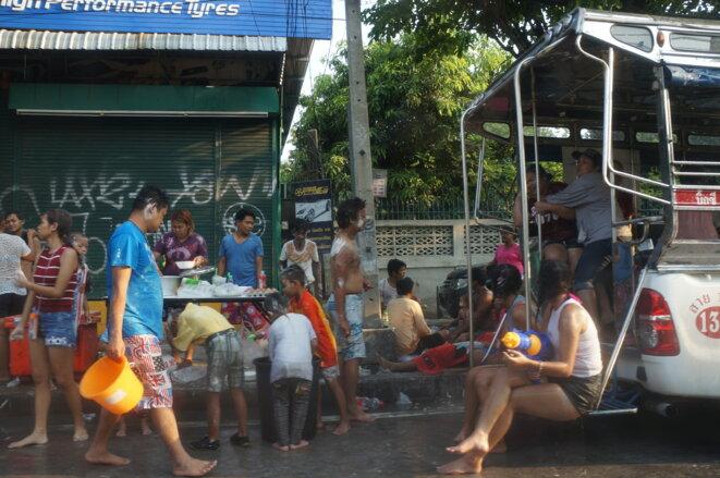 Pendant le festival Songkran, ici à Bangkok au mois d'avril 2016, les gens font la fête et s'aspergent d'eau et de talc dans les rues. © Laure Siegel