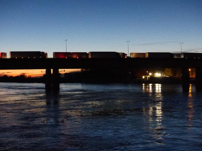 Le pont de la RN113, Arles, bloqué par les Gilets Jaunes, décembre 2018 © Fabrice Loi