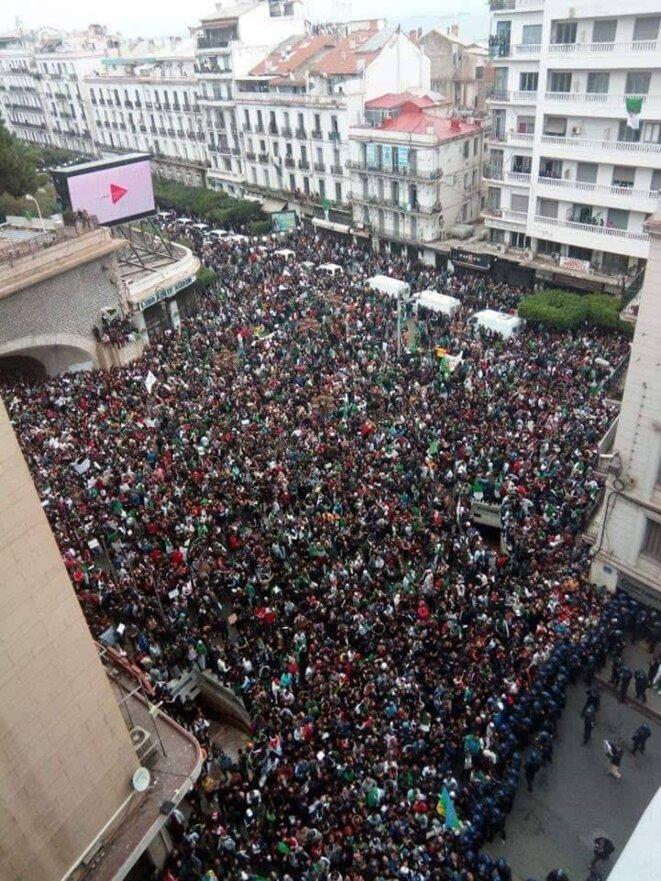 Place Maurice Audin, dans le centre d'Alger, vendredi vers 15 heures. © (dr)