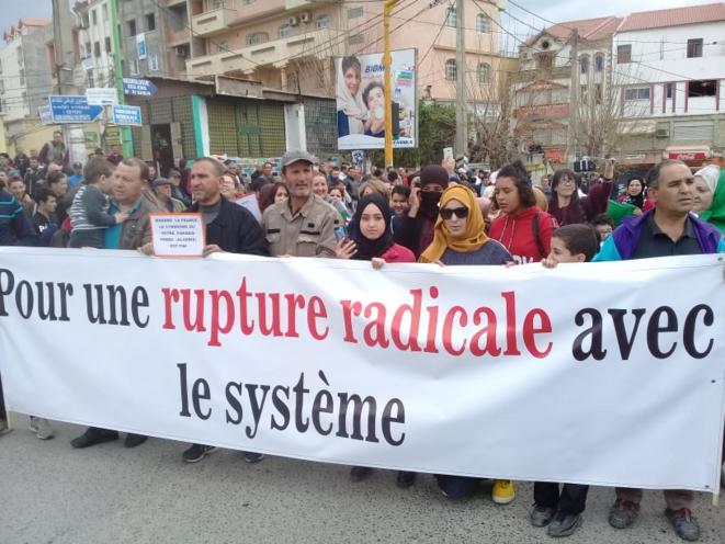 Banderole à Alger, le 8 mars. © (dr)