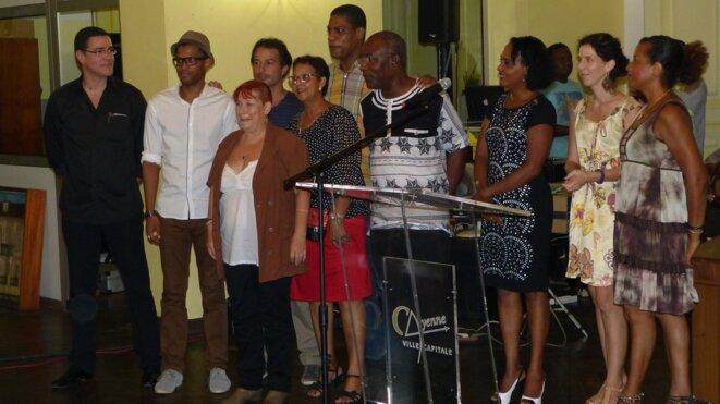 La cérémonie de remise des Prix dans les salons de la mairie de Cayenne le 29 novembre 2014. Au centre, en Boubou noir et blanc, notre désapparu et néanmoins présent à nos cœurs Monsieur le Professeur Richard Djiropo.