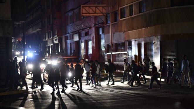 Caracas dans le noir ce jeudi 7 mars © AFP