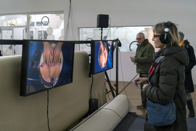 Anne Le Troter, vue de l'exposition Parler de loin ou bien se taire, 2019 Pièce sonore, 30 min. Installation, matériaux divers, dimensions variables Avec une vidéo d'Anne Le Troter et Charlotte Khouri, The Neighbours F's: Fun and Fame, 2019 Production Le Grand Café – centre d'art contemporain, Saint-Nazaire. © Marc Domage