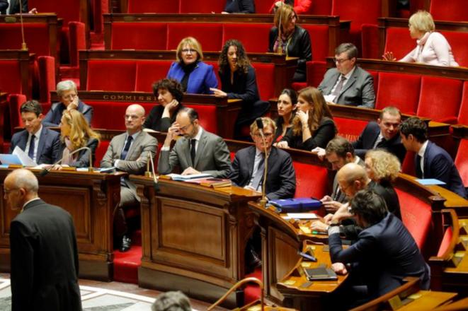 Édouard Philippe entouré des membres de son gouvernement à l'Assemblée, le 13 décembre. © Reuters