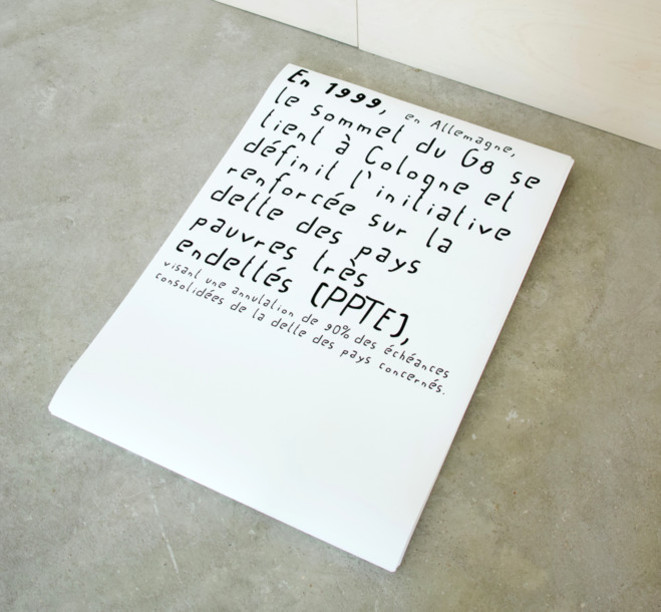 """Matthieu Saladin, """"L'effeuillage des effacements"""", pile de cent-cinquante-et-une impressions, 2016, galerie Salle Principale © Matthieu Saladin, courtesy galerie Salle Principale"""