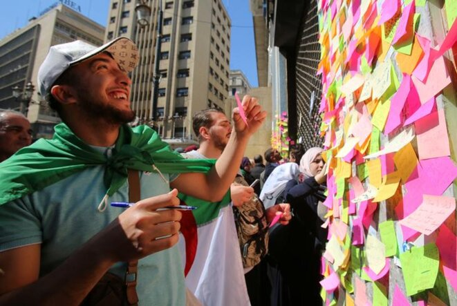 Post-it à messages lors de la manifestation du 12 mars 2019, à Alger. © Reuters