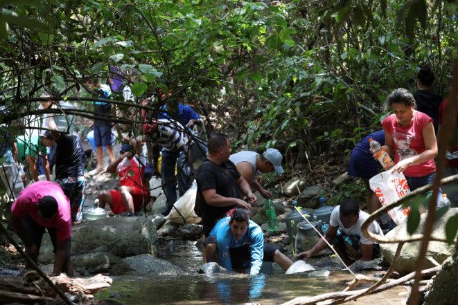 Des habitants de Caracas s'approvisionnent en eau dans une rivière, le 12 mars 2019 © Reuters / Manaure Quintero.