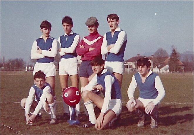 Foot à 7 , catégorie minimes, 1968 , (en haut, à gauche), avec le bonhomme Shuss, mascotte des Jeux Olympiques d'hiver de Grenoble .