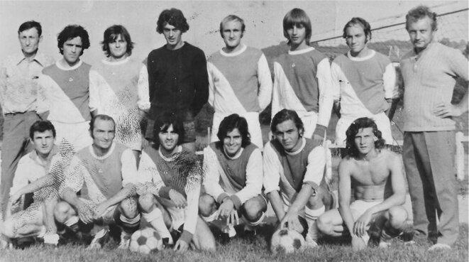 Mon club de St-Genix-sur-Guiers, en championnat de Savoie, saison 1970-71 , et les poteaux étaient carrés ! (1er rang, 3ème à partir de droite)