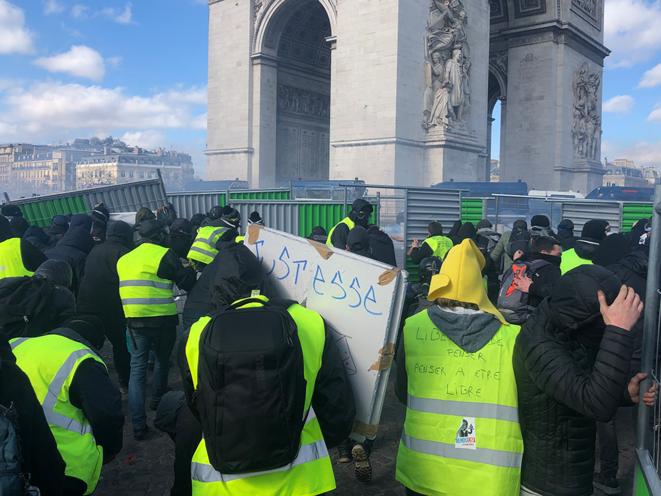 Une barricade face à l'Arc de triomphe à Paris. © CG