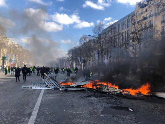 Barricade en flammes sur les Champs. © KL