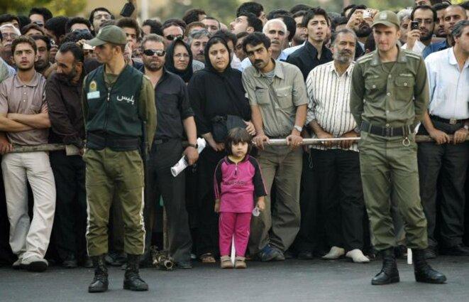 Un enfant dans la foule qui regarde une exécution publique en Iran