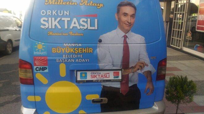 Une camionnette de campagne d'Orkun Siktasli, candidat du Bon Parti (IP) à Manisa. © NC