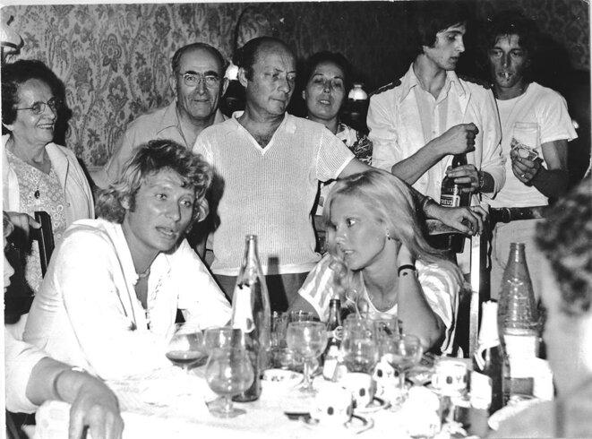 Samedi 11 août 1973 , Mrestel (Isère), Johnny et Sylvie en mode décontracté © Patrice Morel (Le Dauphiné Libéré, 1973)