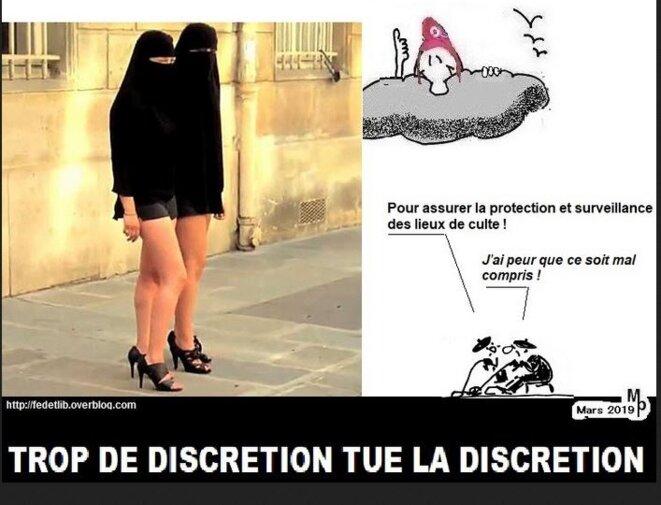 des-femmes-en-tchador-mini-a-lentree-des-mosquees-pour-surveiller