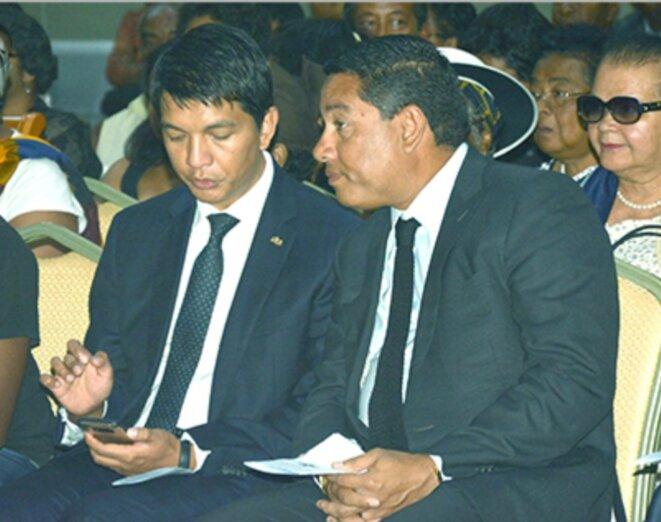 Amis proches, l'un dirige l'État, l'autre pilote les grosses opportunités, deux personnages qui se complètent, Andrinirina Rajoelina et Maminiaina Ravatomanga. Si l'un coule, ensemble ils chutent, leurs enrichissements exponentielles et illicites, bientôt sources de leurs ennuies, on s'y attele.