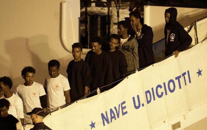 Les passagers du « Diciotti » désembarquant au port de Catane, le 26 août 2018. © Reuters