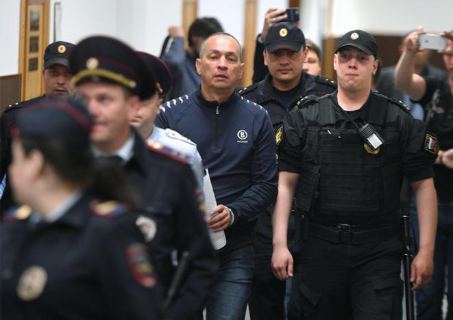 Alexander Chestoune entouré de policiers, le 14 juin 2018 au tribunal de Basmanny, à Moscou, juste après son arrestation. © Alexander Miridonov/Kommersant