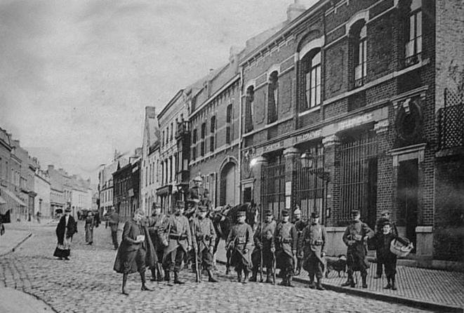 Lens, au cœur du bassin minier, 1906. L'armée est déployée contre les mineurs. © (dr)