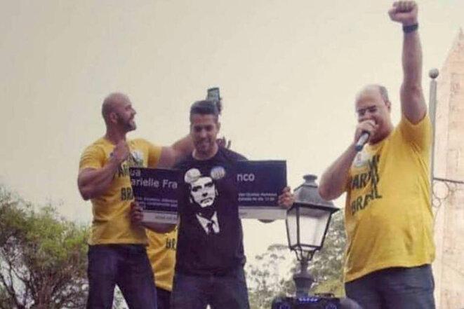Gouverneur de l'état de Rio, à droite, le bras levé.