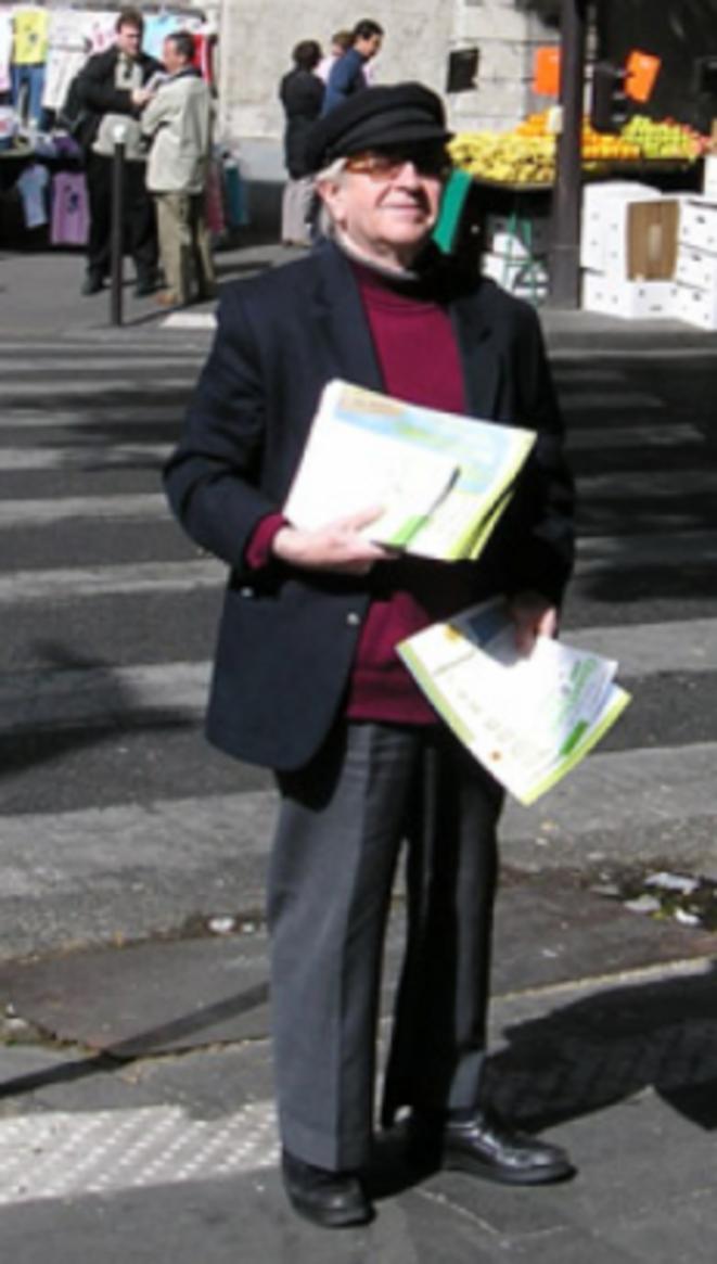Guy Philippon, tract à la main, dans les rue du 20e © Fondation de l'écologie politique