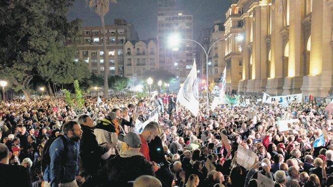 Mobilisation en appui du juge Ramos Padilla devant le Palais de Justice à Buenos Aires © Leandro Teysseire, Pagina 12