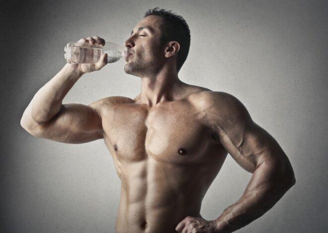 Sportif buvant de l'eau