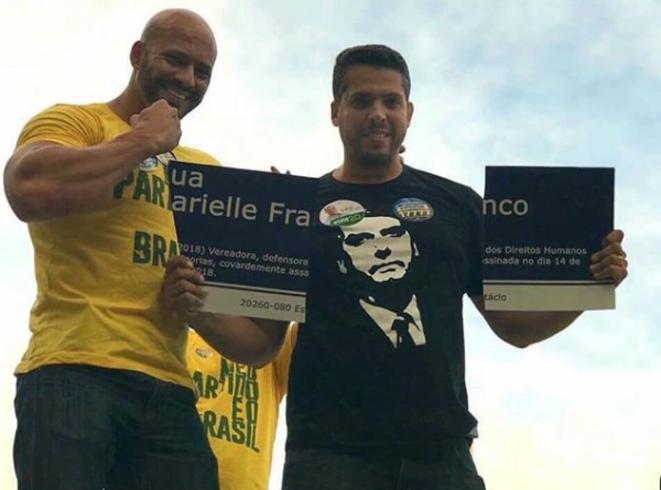 Rodrigo Amorim et Daniel Silveira, candidats du PSL déchirant la plaque comémorative de Marielle Franco © Source Diario do centro do mundo
