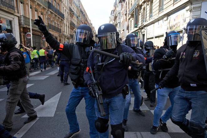 """Charge d'un essaim de sages, acte 19 du mouvement des """"gilets jaunes"""" à Toulouse, le 23 mars. © Alain Pitton"""