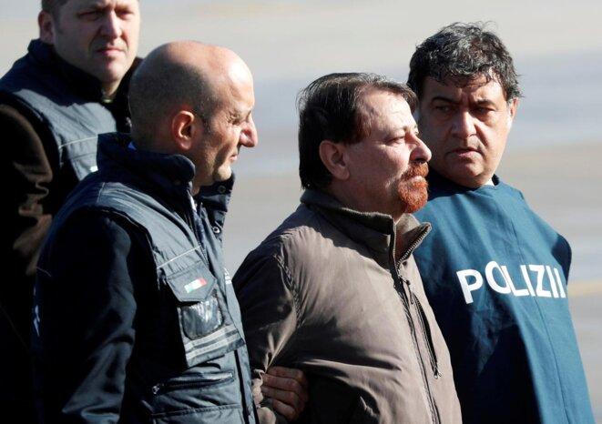 Cesare Battisti lors de sa remise aux autorités italiennes, en janvier 2019. © Reuters