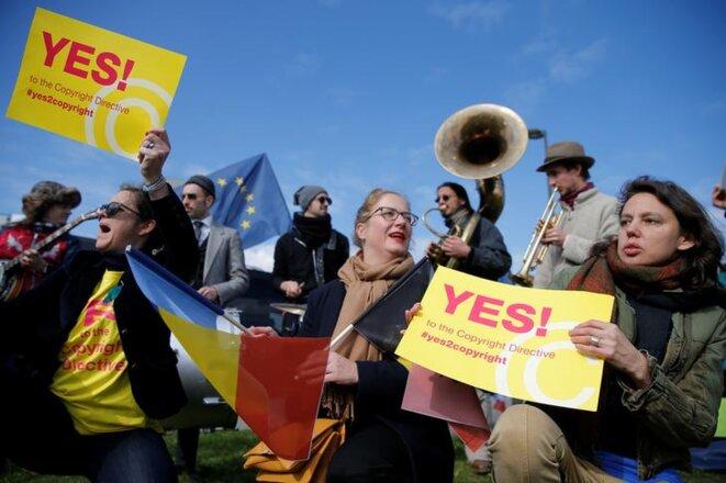 Mardi à Strasbourg, des manifestants soutiennent la directive sur le droit d'auteur. © Reuters.