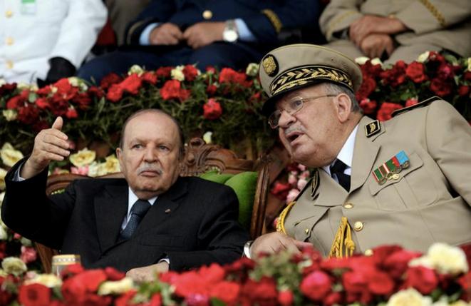 Abdelaziz Bouteflika avec le général Ahmed Gaïd Salah, chef d'état-major, à l'académie militaire de Cherchell, le 27 janvier 2012. © REUTERS/Ramzi Boudina