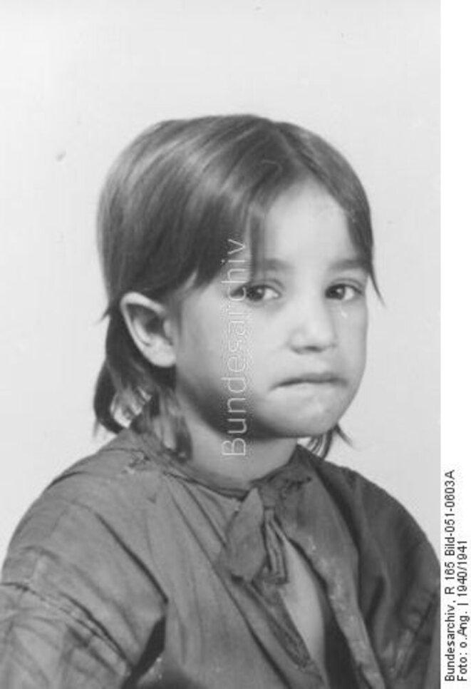 Maria Bihari dite Miezi enfant tsigane née en 1935 photo identification © Bundesarchiv