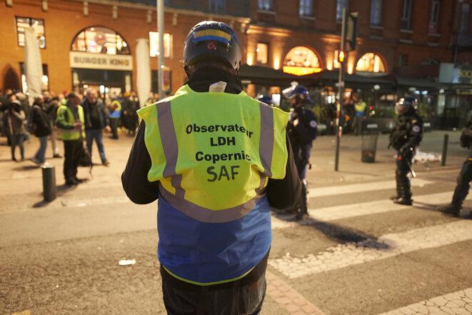 """Un observateur de l'OPP à Toulouse, durant l'acte XVI du mouvement des """"gilets jaunes"""". © Alain Pitton"""