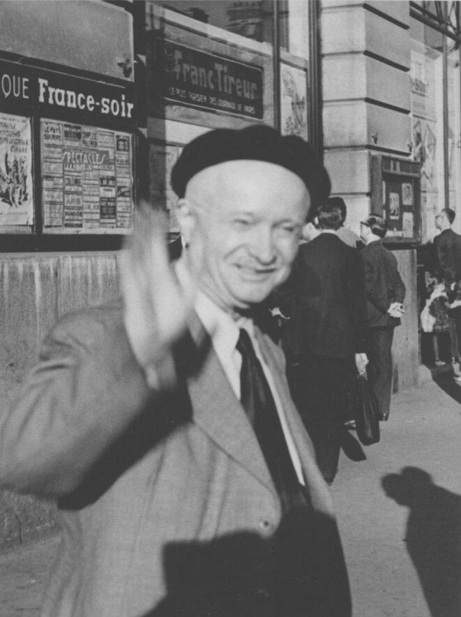 Pierre Monatte, à la sortie de « France-Soir », lors de son dernier jour de travail, avant la retraite, en 1952. © Gilbert Walusinski