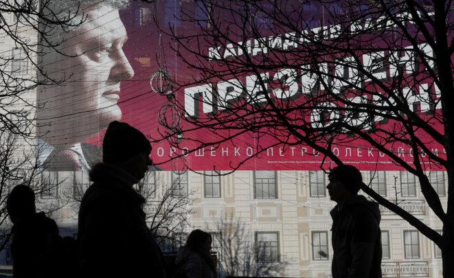 Affiche électorale du président sortant, Petro Porochenko. © Reuters