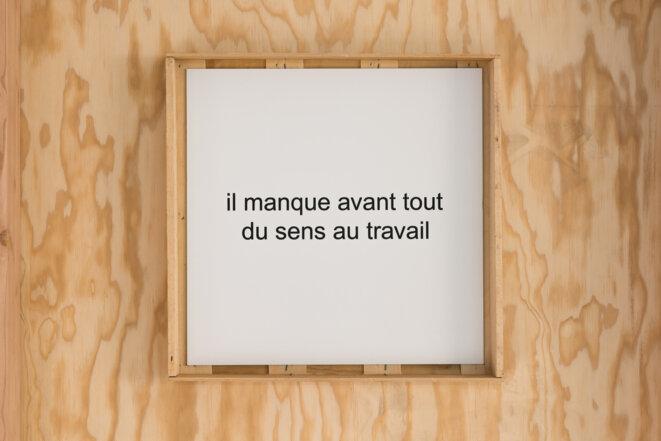 Dominique Mathieu, Slogan – (« Il manque avant tout du sens au travail »), 2015. Vue de l'exposition « Actes » au BBB centre d'art, 2019. © Émile Ouroumov.