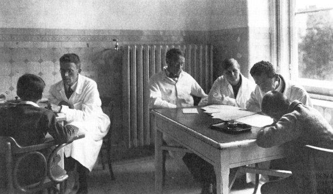 Hans Asperger, à gauche, travaillant avec un garçon dans la clinique d'éducation curative de Vienne © Pictorial Press