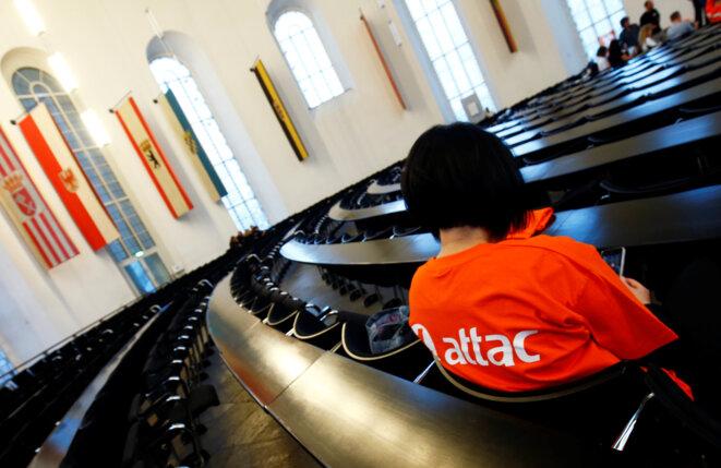 Un activiste d'Attac, dans une église de Francfort, pour «commémorer» les dix ans de la crise financière de 2008, le 15 septembre 2008 © Reuters / Ralph Orlowski.
