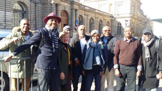 Un groupe de Résistants gabonais devant le sénat, à Paris