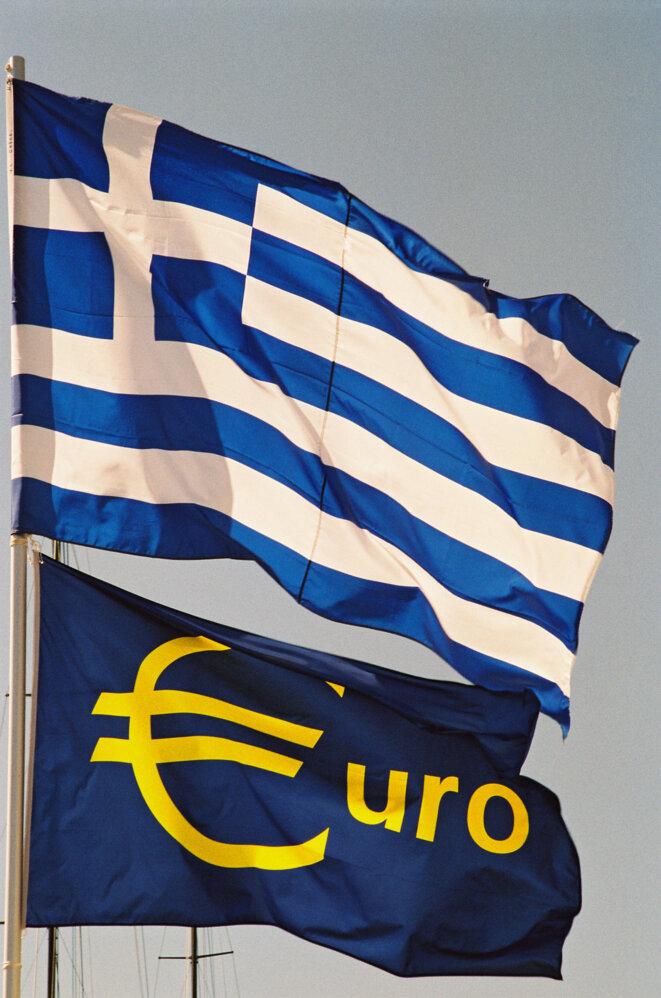 Drapeau de la Grèce - Drapeau de l'euro. © Nathalie Malivoir - Source: EC - Service audiovisuel