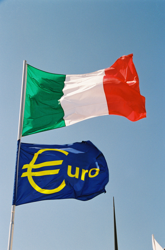 Drapeau de l'Italie et drapeau de l'euro © Nathalie Malivoir - Source: EC - Service audiovisuel