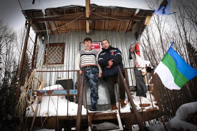 Les militants Alexander Gandziev et Victor Savienko, devant la caravane amenée pour occuper le site. © JC