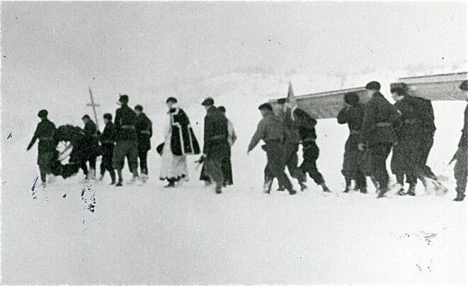 Ses camarades maquisards enterrent Tom Morel sur le plateau des Glières © Photo Raymond Périllat