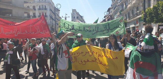 Le « carré féministe » défile dans la marche du 29 mars, rue Didouche-Mourad, à Alger. © SK