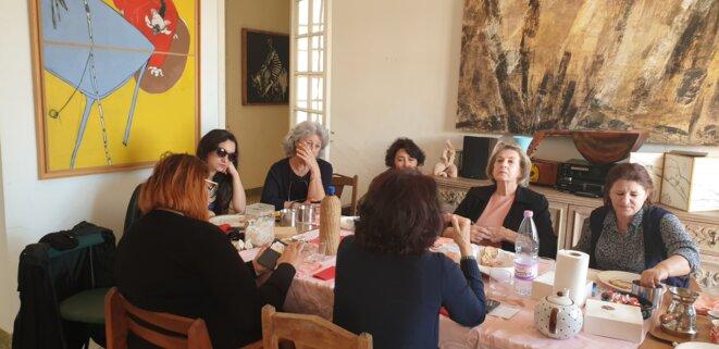 Des féministes tunisiennes et algériennes réunies chez Wassyla Tamzali, le vendredi 29 mars, avant la sixième grande marche. © SK