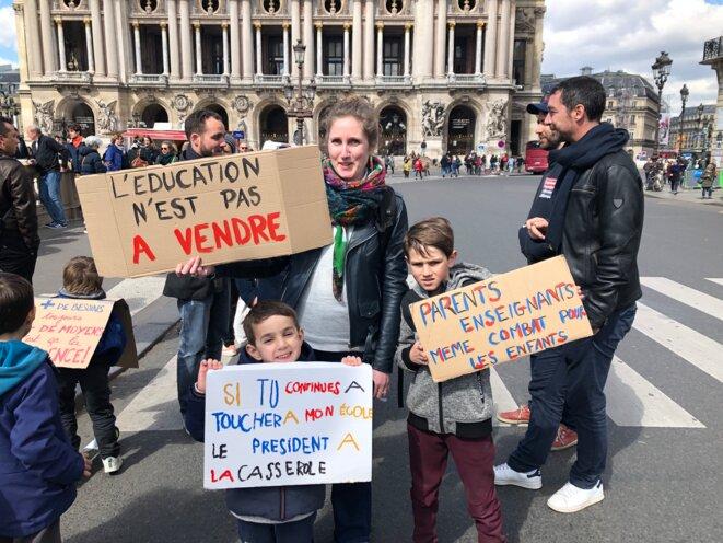 Myrtille Renard, enseignante, et ses enfants. © FZ